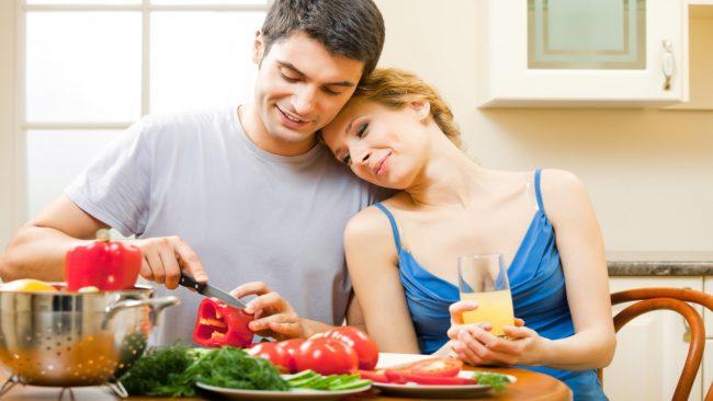 birlikte yemek yapan sevgililer