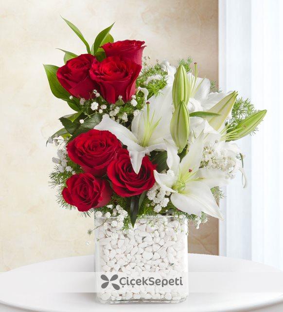 kırmızı güller ve lilyumlar