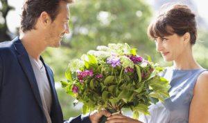 çiçek gönderen erkek