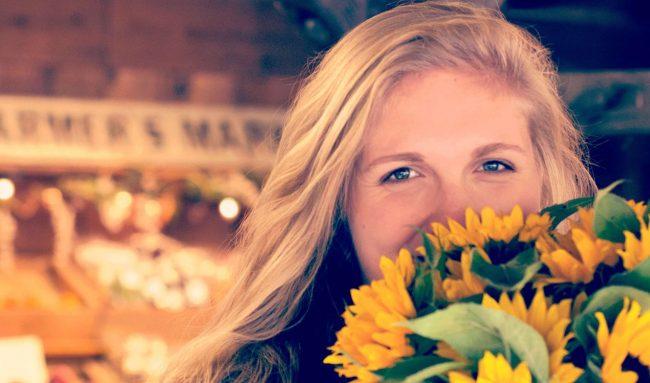 ayçiçekleri ve genç kadın