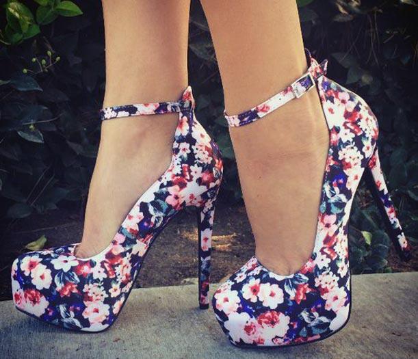 ince topuklu çiçekli ayakkabı