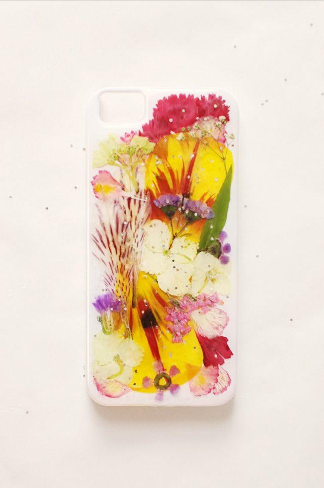kurutulmuş çiçeklerle telefon kılıfı