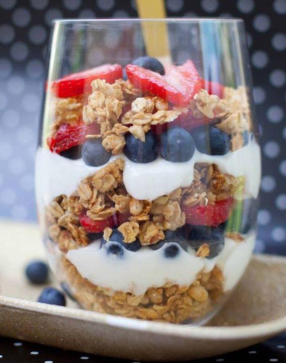 granolalı yoğurtlu meyveler