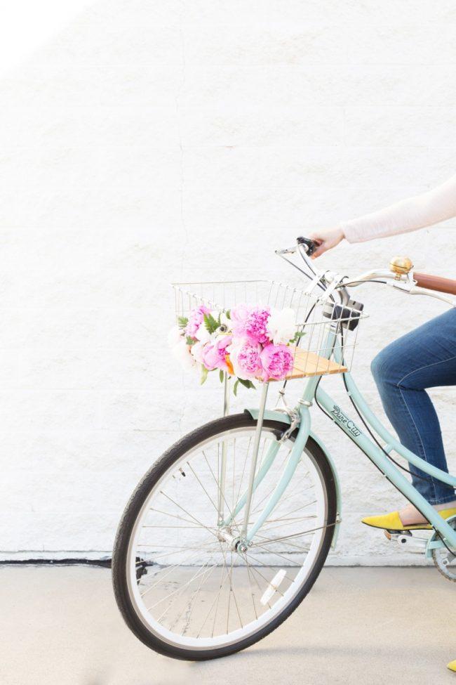 çiçeklerle bisiklet sepeti süsleme
