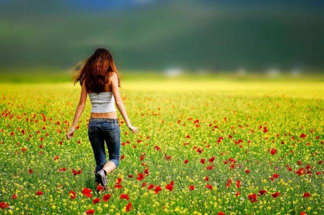 bahçede koşan kız