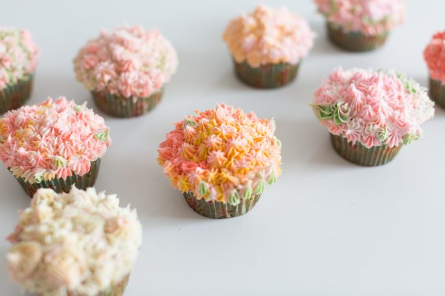 çiçekli cupcake aranjmanı yapımı