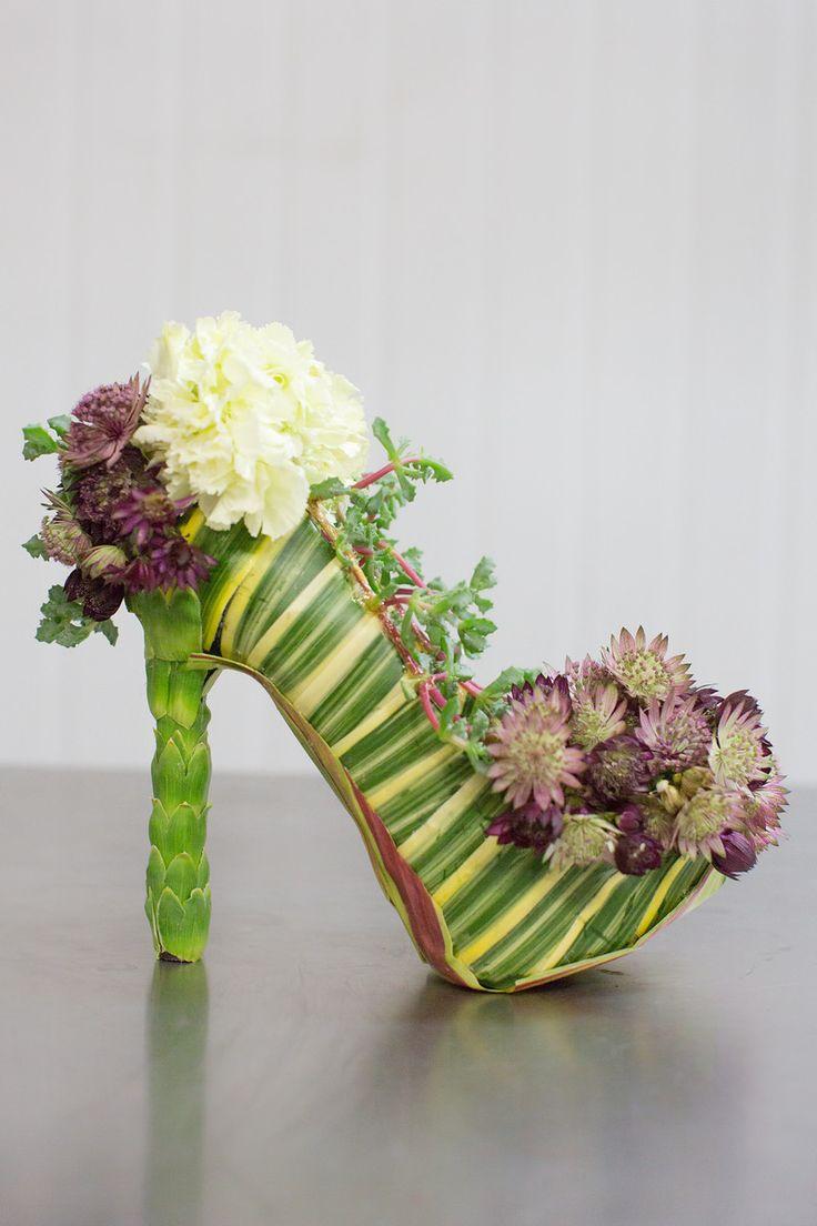 çiçekle süslenmiş ayakkabı