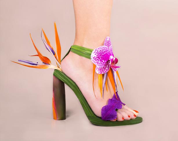 çiçeklerle ayakkabı