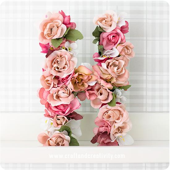 çiçeklerle süslenmiş harf