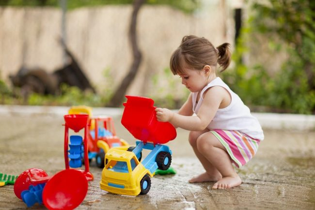 araba ile oynayan kız çocuğu