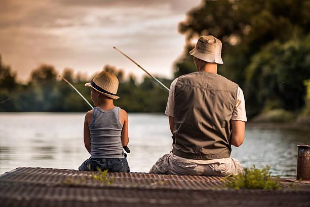 baba ve çocuk balık tutuyor