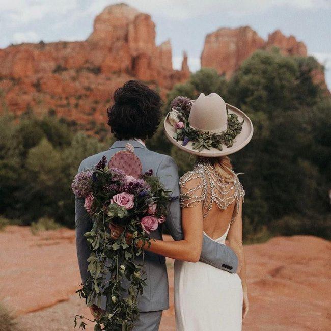 Düğünde Çiçekli Şapka