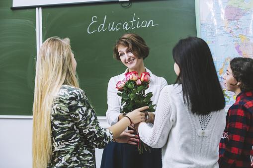 öğretmene çiçek vermek