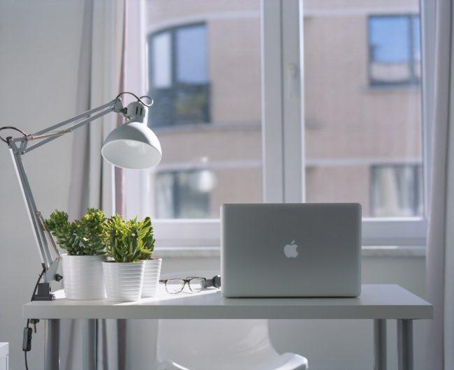 Evde bilgisayar başında çalışanlar için doğru masa seçimi