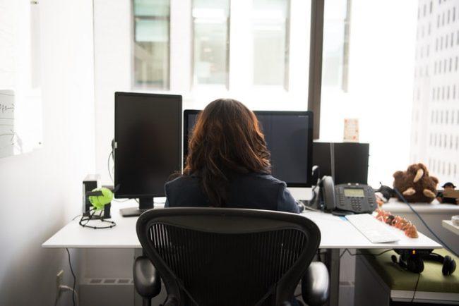 Evde bilgisayar başında çalışanlar için çalışma koltuğu seçimi