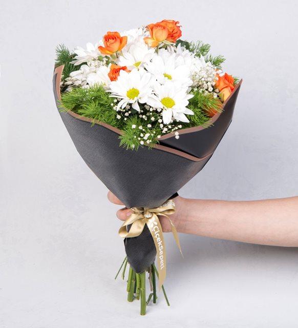 Beyaz Papatyalar ve Turuncu Güller Çiçek Buketi