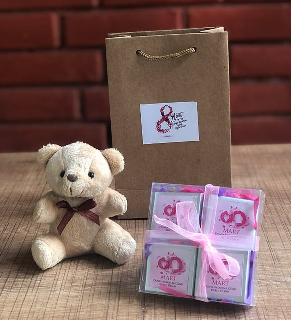 Kadınlar Günü mesajları ve hediyeler-   çikolatalı set